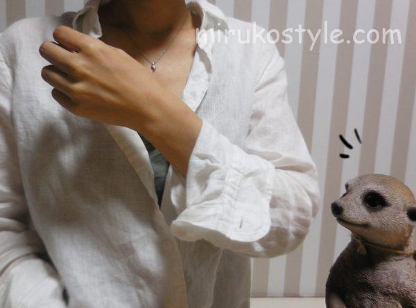 袖を折った白シャツの着こなし