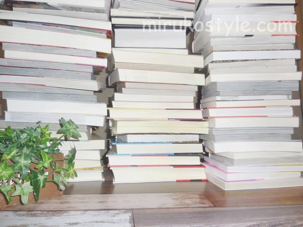 本棚から溢れた大量の本