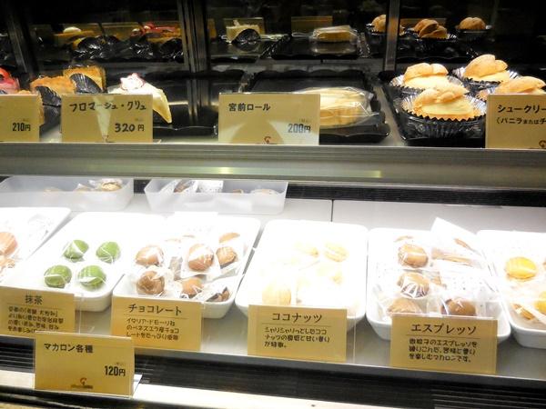 ケーキ工場カーディナルのケーキとマカロン