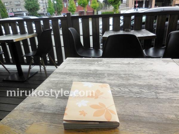 カフェのテラス席と本