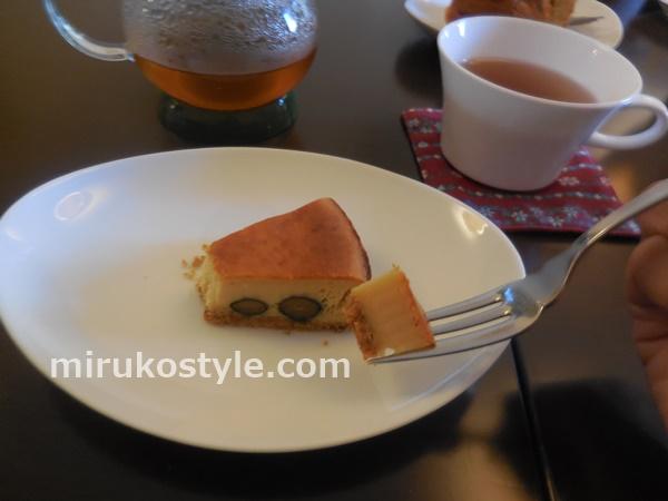 cafe sloth(スロース)の黒豆のチーズケーキを食べべようとしているところ
