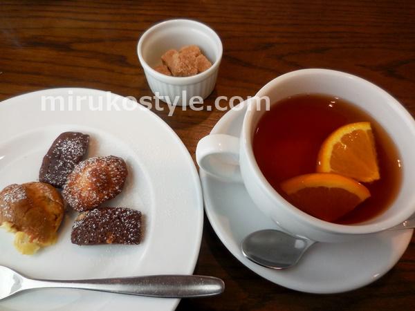 ランチプレートのデザートと紅茶(オレンジ)