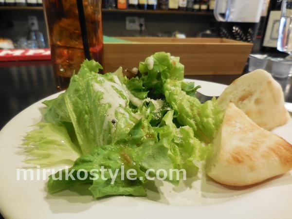 サラダとパンの画像